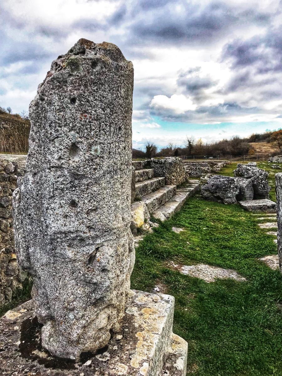 Alba Fucens un gioiello romano nascosto tra i monti d'Abruzzo